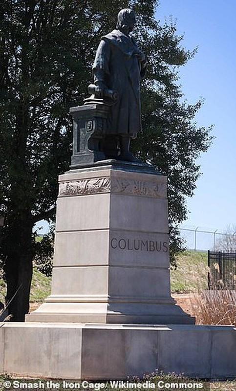 Can canh tuong Christopher Columbus bi pha hoai giua bieu tinh o My-Hinh-4