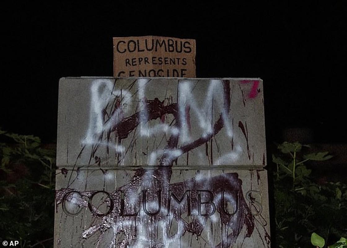 Can canh tuong Christopher Columbus bi pha hoai giua bieu tinh o My-Hinh-9