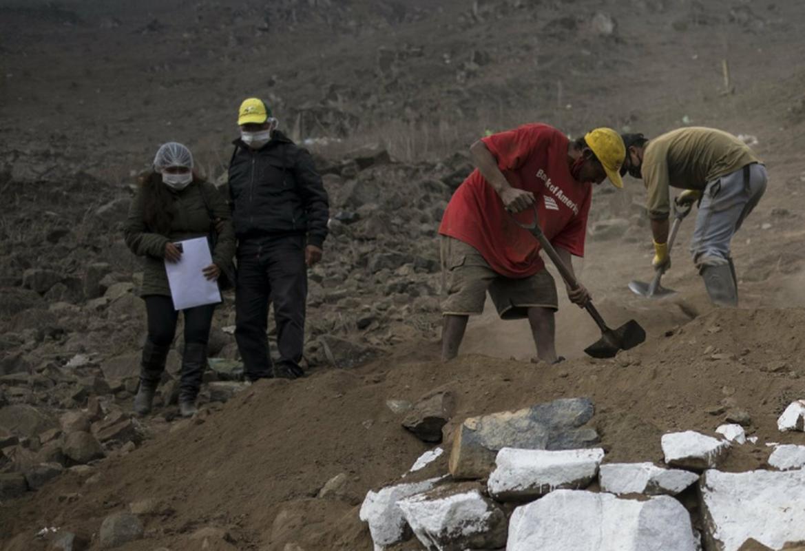COVID-19: Canh xot xa tai nghia trang danh cho nguoi ngheo o Peru-Hinh-14