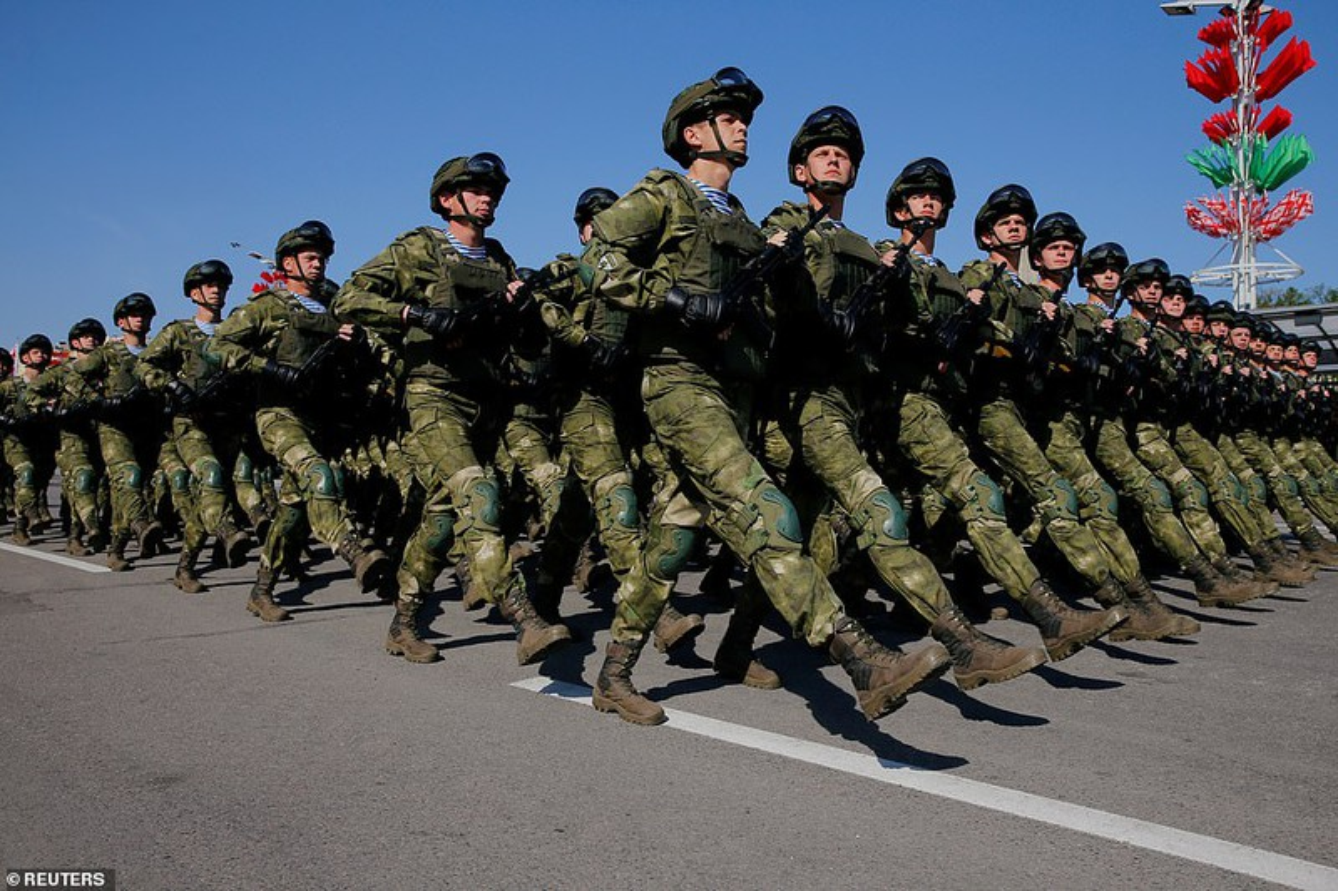 Bat ngo nu quan nhan Belarus xinh dep trong le duyet binh o Minsk-Hinh-13