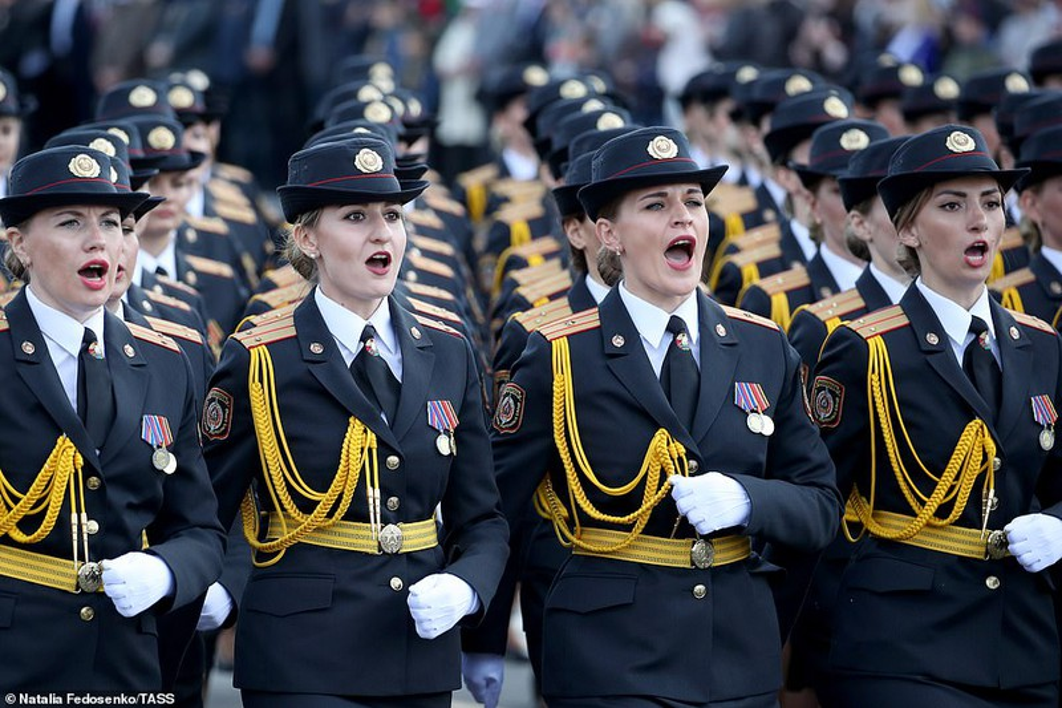 Bat ngo nu quan nhan Belarus xinh dep trong le duyet binh o Minsk-Hinh-3