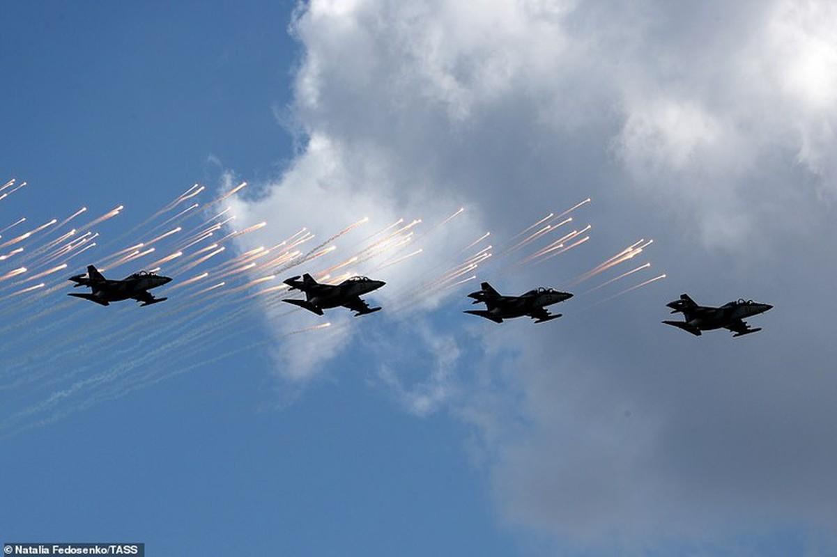 Bat ngo nu quan nhan Belarus xinh dep trong le duyet binh o Minsk-Hinh-7