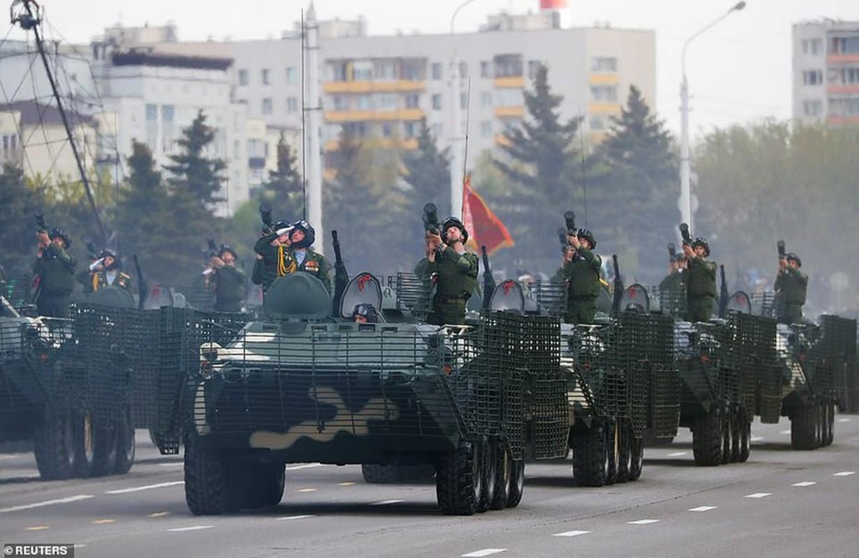 Bat ngo nu quan nhan Belarus xinh dep trong le duyet binh o Minsk