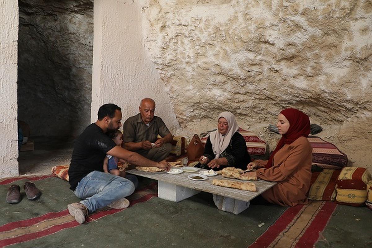 Bat ngo cuoc song gia dinh Palestine trong hang dong o Bo Tay-Hinh-3