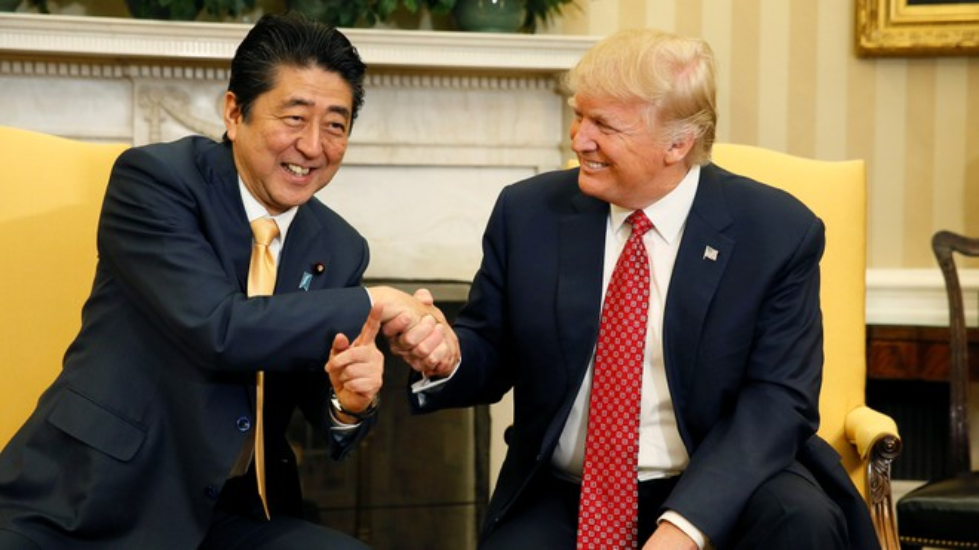 "Thu tuong Abe va nhung lan ""ngoai giao san golf"" voi Tong thong Trump-Hinh-2"
