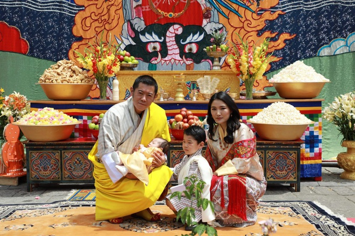 3 anh em Quoc vuong Bhutan lay 3 chi em cung mot nha-Hinh-3