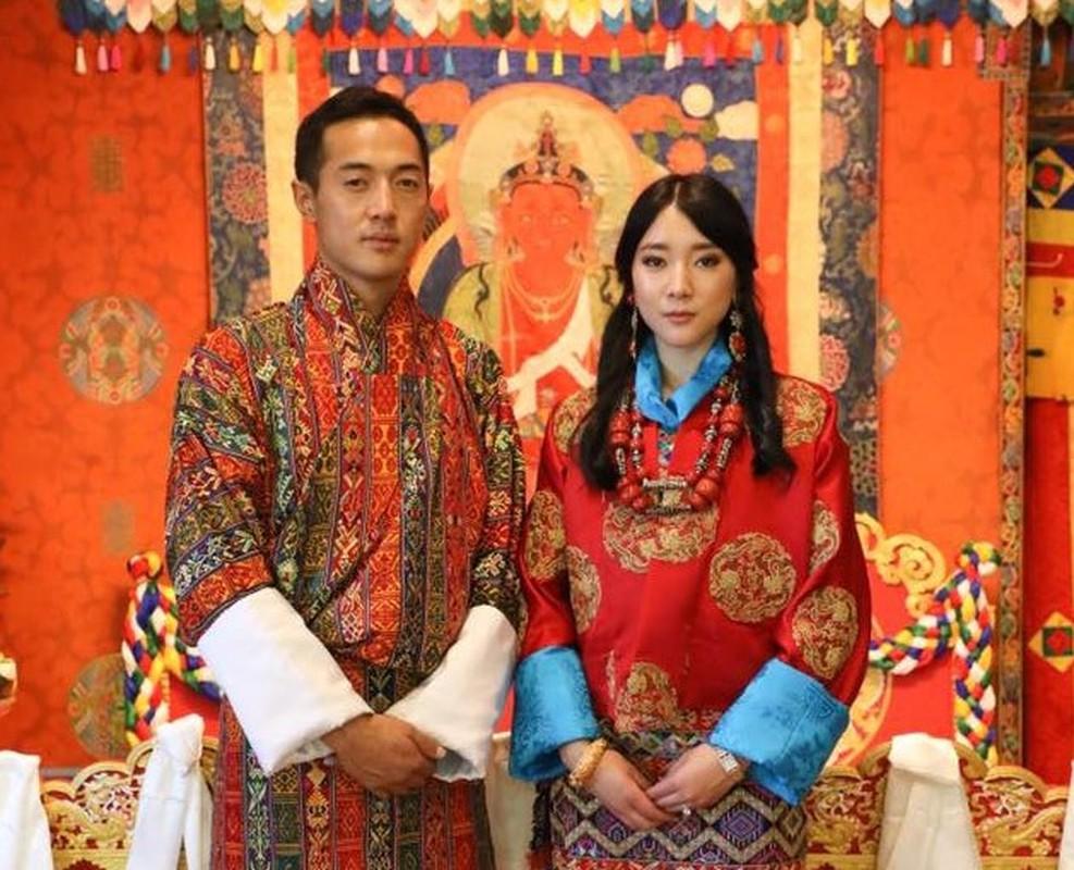 3 anh em Quoc vuong Bhutan lay 3 chi em cung mot nha-Hinh-6