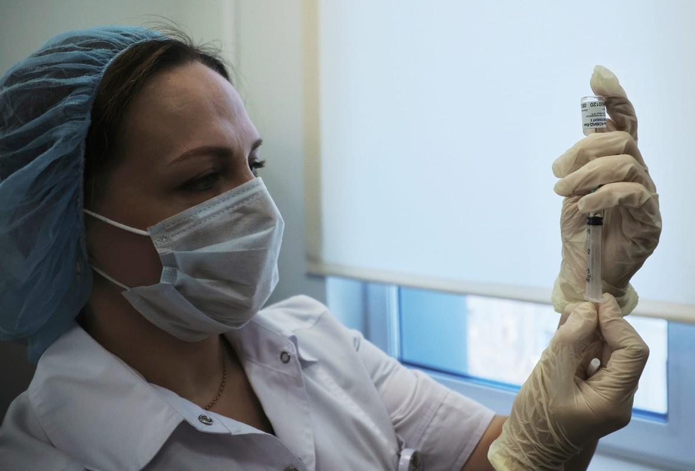Ben trong noi tiem vaccine Covid-19 dai tra dau tien tren the gioi-Hinh-2