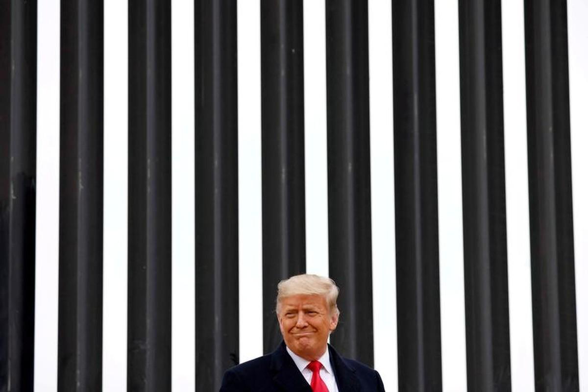 Anh: Tong thong Trump dich than tham buc tuong bien gioi My-Mexico-Hinh-2