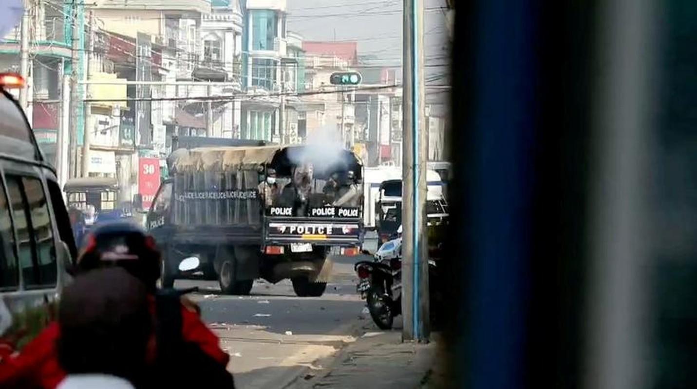 Anh: Dung do giua canh sat va nguoi bieu tinh o Myanmar-Hinh-2
