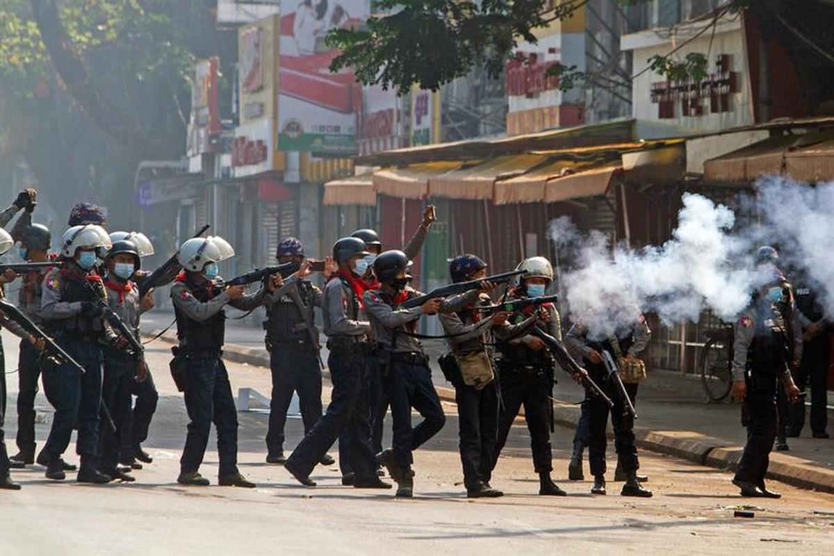 Anh: Dung do giua canh sat va nguoi bieu tinh o Myanmar-Hinh-6