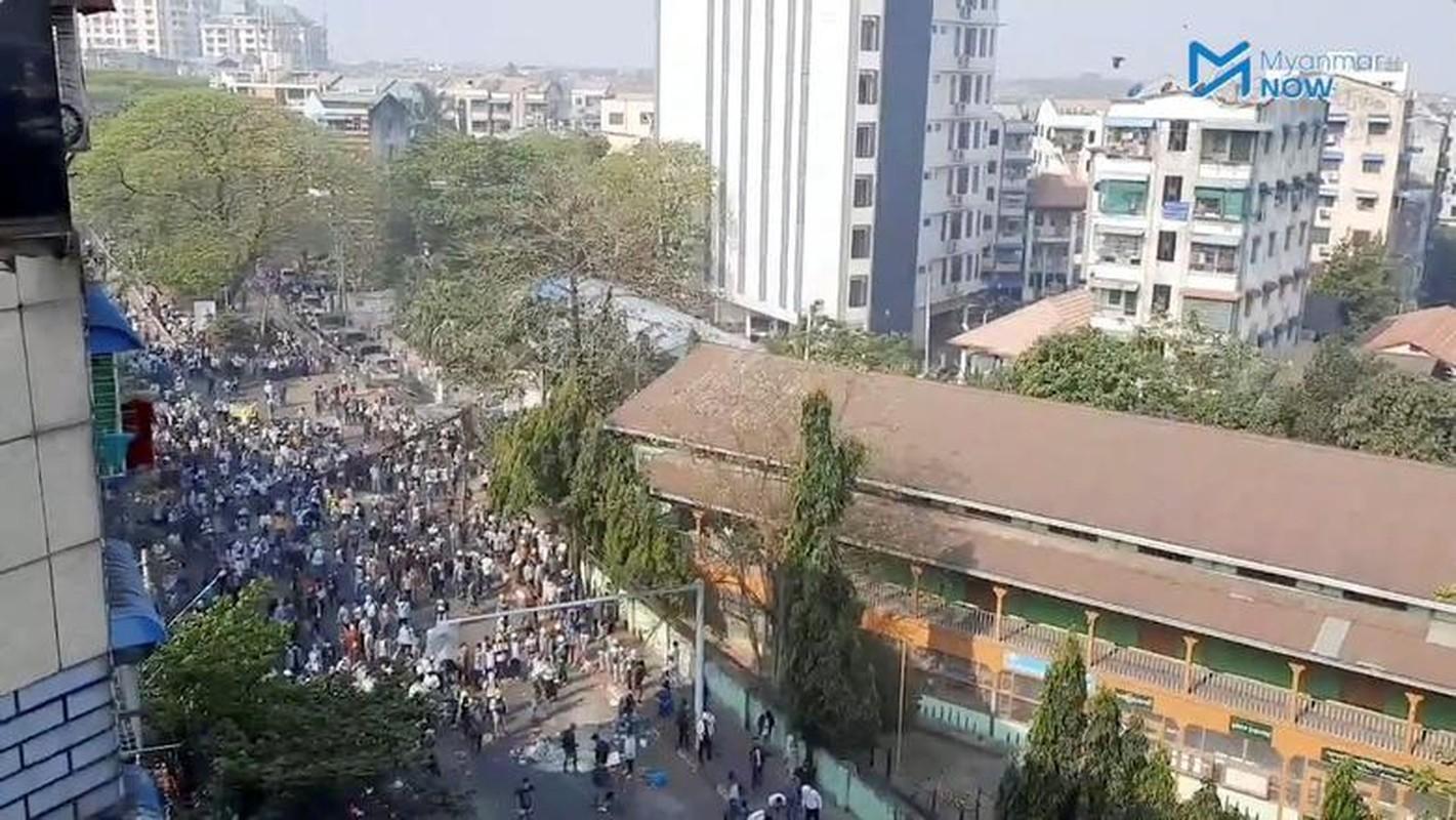 Anh: Dung do giua canh sat va nguoi bieu tinh o Myanmar-Hinh-7