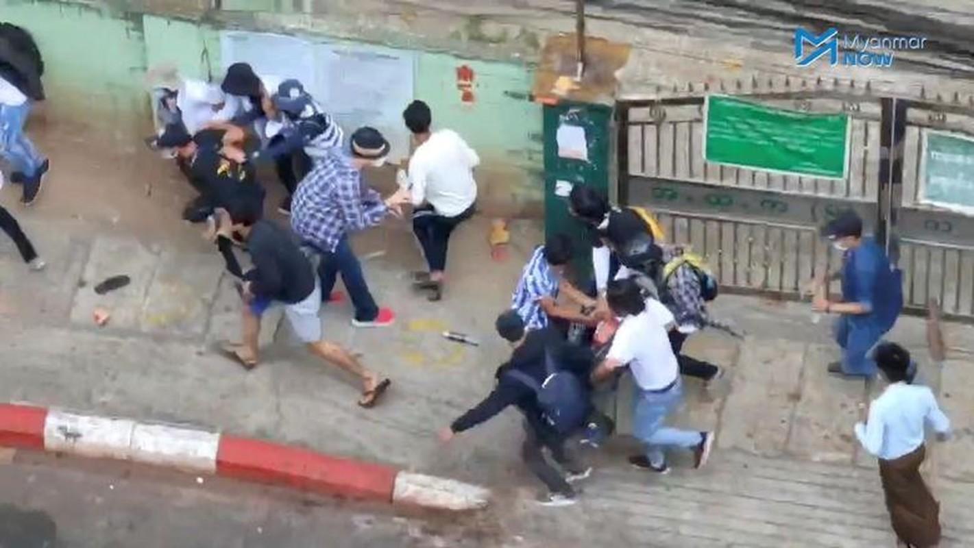 Anh: Dung do giua canh sat va nguoi bieu tinh o Myanmar-Hinh-8