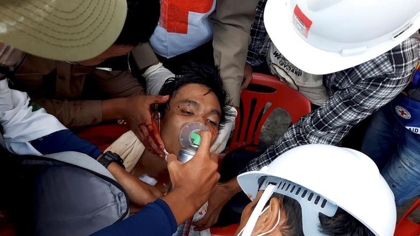 Anh: Dung do giua canh sat va nguoi bieu tinh o Myanmar-Hinh-9