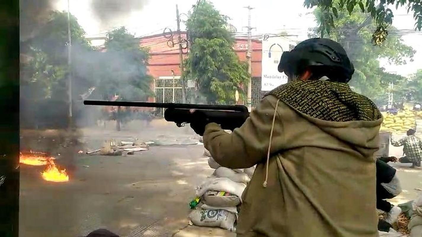 Anh moi nhat nguoi bieu tinh dung do voi luc luong an ninh Myanmar-Hinh-12