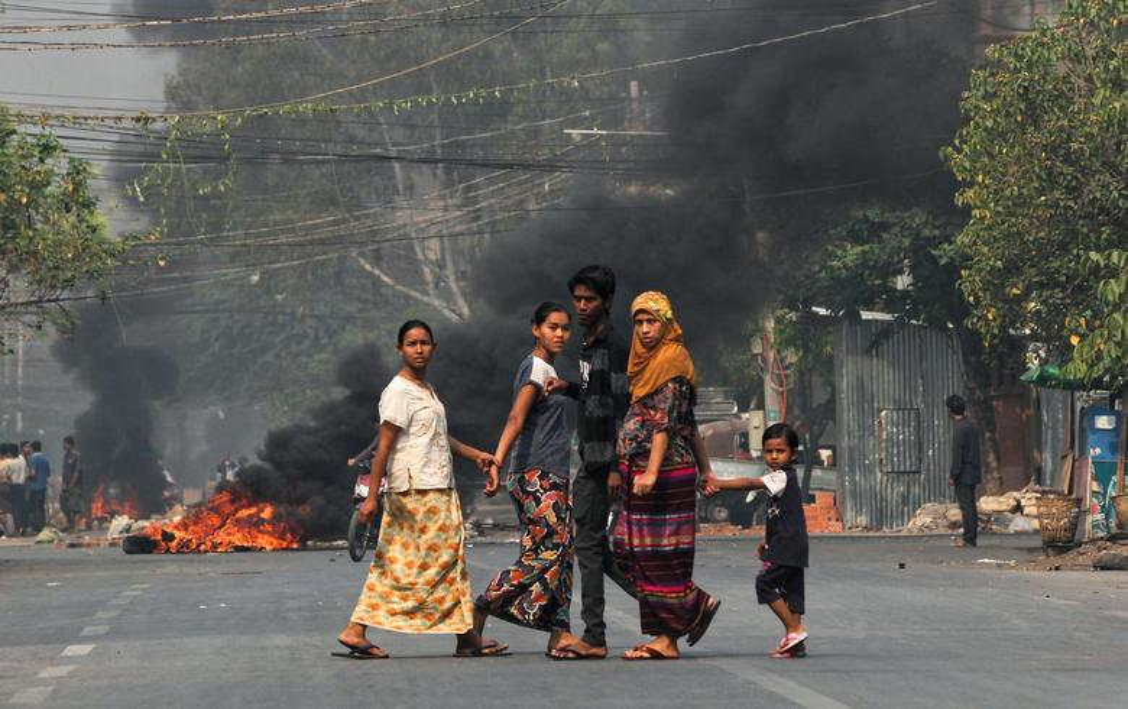 Anh moi nhat nguoi bieu tinh dung do voi luc luong an ninh Myanmar-Hinh-10