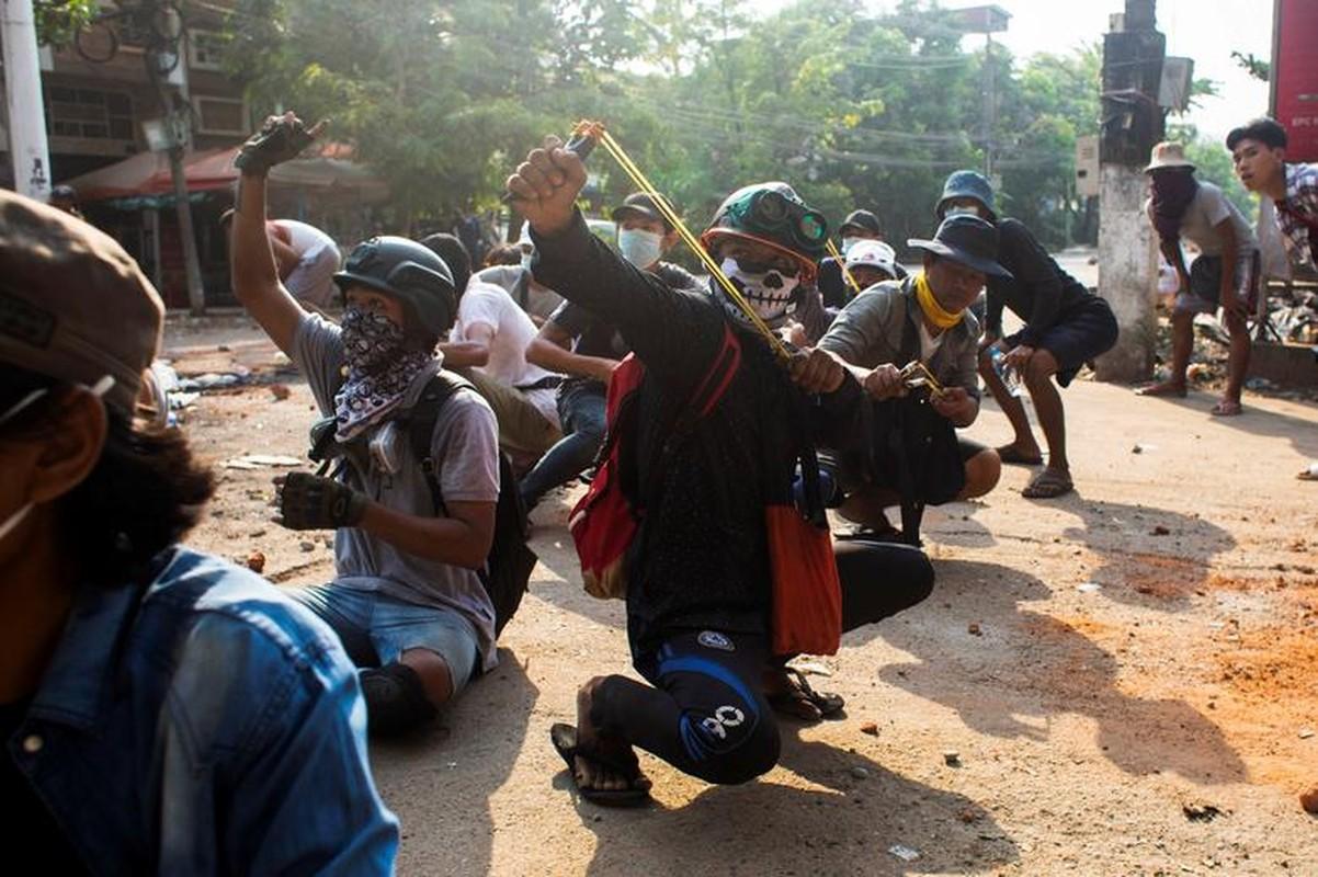 Anh moi nhat nguoi bieu tinh dung do voi luc luong an ninh Myanmar-Hinh-14