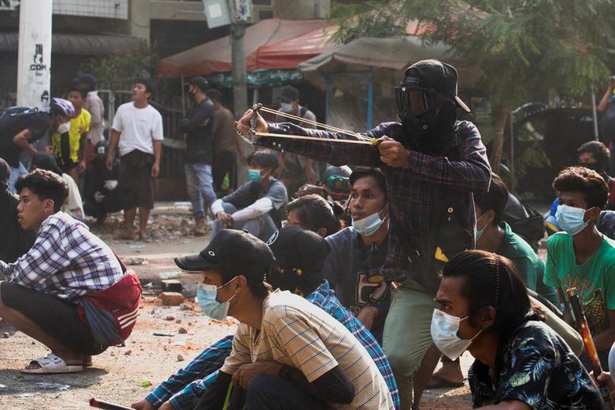 Anh moi nhat nguoi bieu tinh dung do voi luc luong an ninh Myanmar-Hinh-2