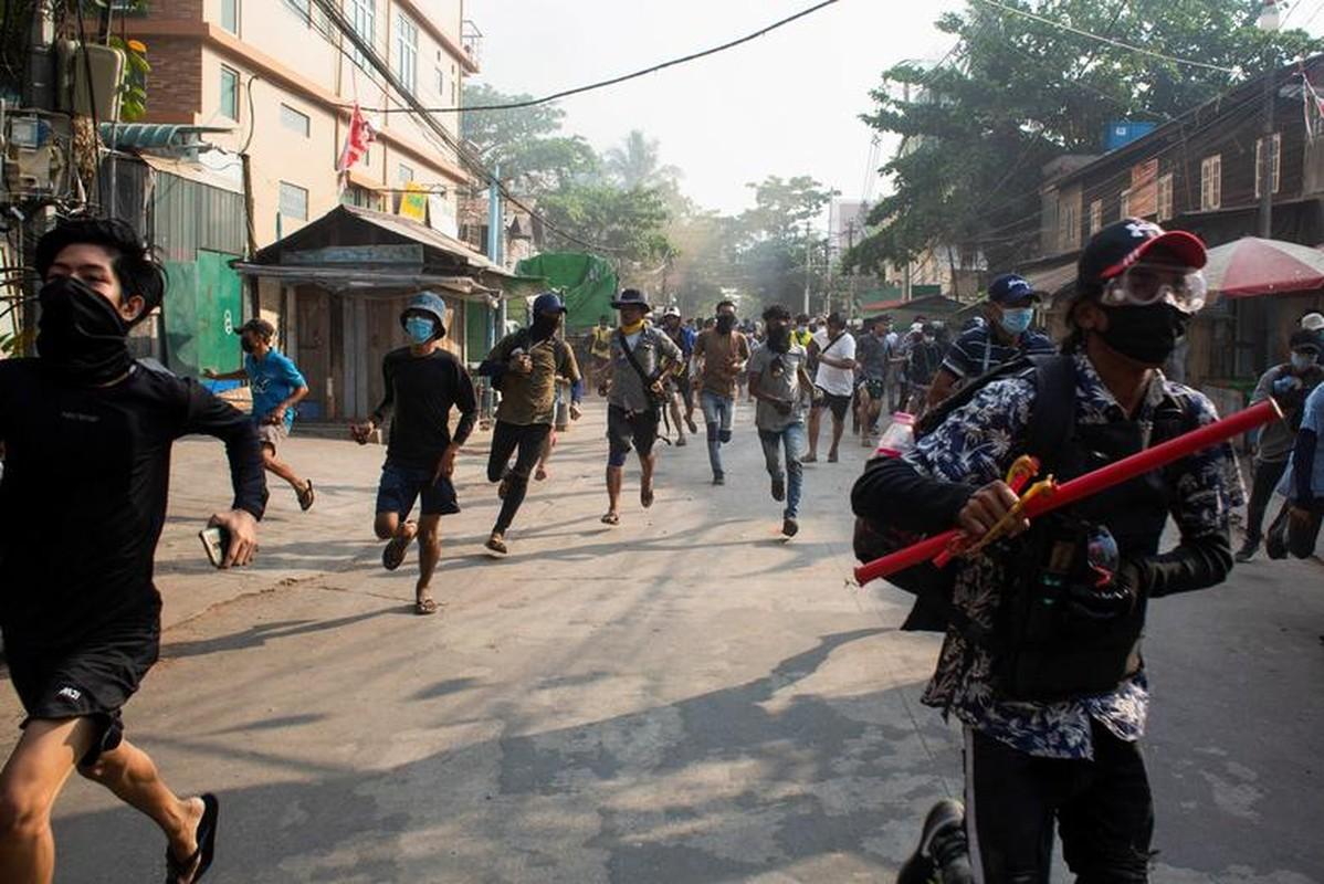 Anh moi nhat nguoi bieu tinh dung do voi luc luong an ninh Myanmar-Hinh-4