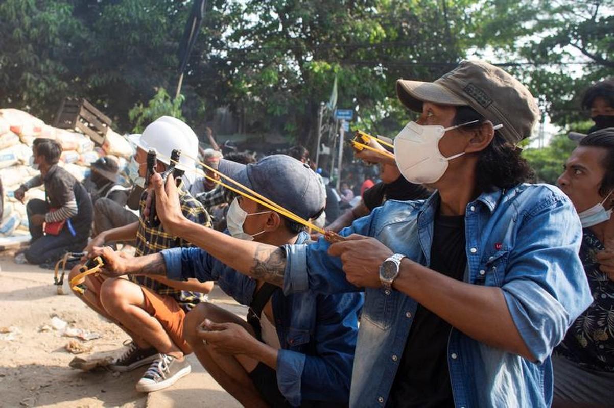 Anh moi nhat nguoi bieu tinh dung do voi luc luong an ninh Myanmar-Hinh-5