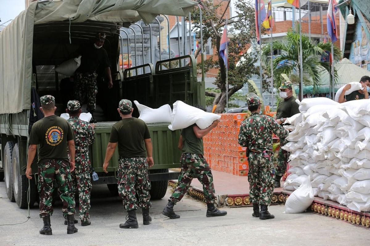 Quan doi Campuchia phat thuc pham cho nguoi o vung phong toa-Hinh-3