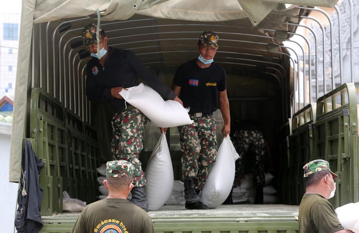 Quan doi Campuchia phat thuc pham cho nguoi o vung phong toa-Hinh-4