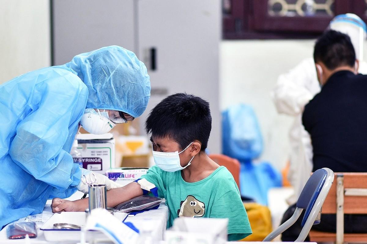 Quan doi Campuchia phat thuc pham cho nguoi o vung phong toa-Hinh-6