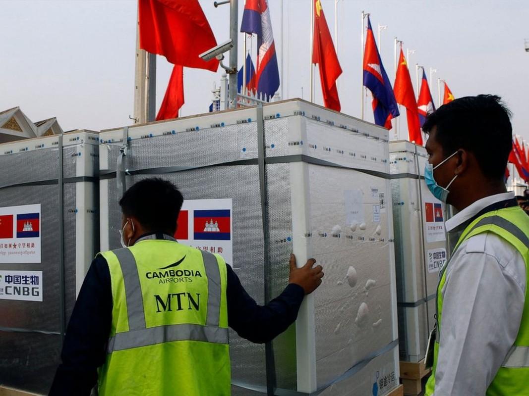 Quan doi Campuchia phat thuc pham cho nguoi o vung phong toa-Hinh-7