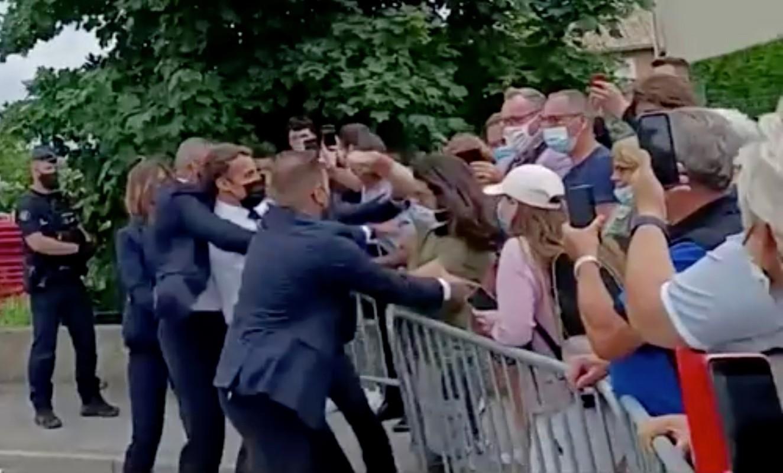 Toan canh vu Tong thong Phap Emmanuel Macron bi tan cong giua ban ngay-Hinh-3