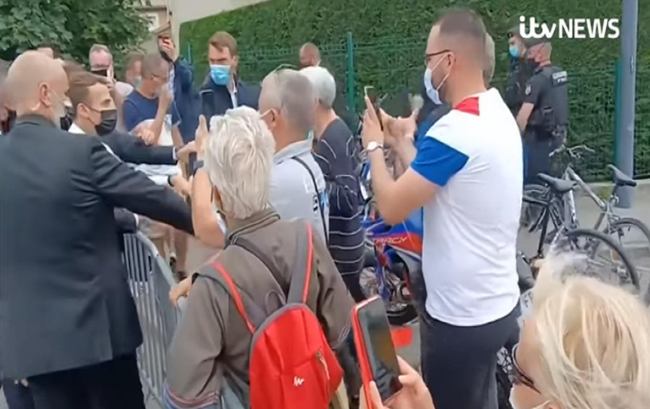 Toan canh vu Tong thong Phap Emmanuel Macron bi tan cong giua ban ngay-Hinh-5