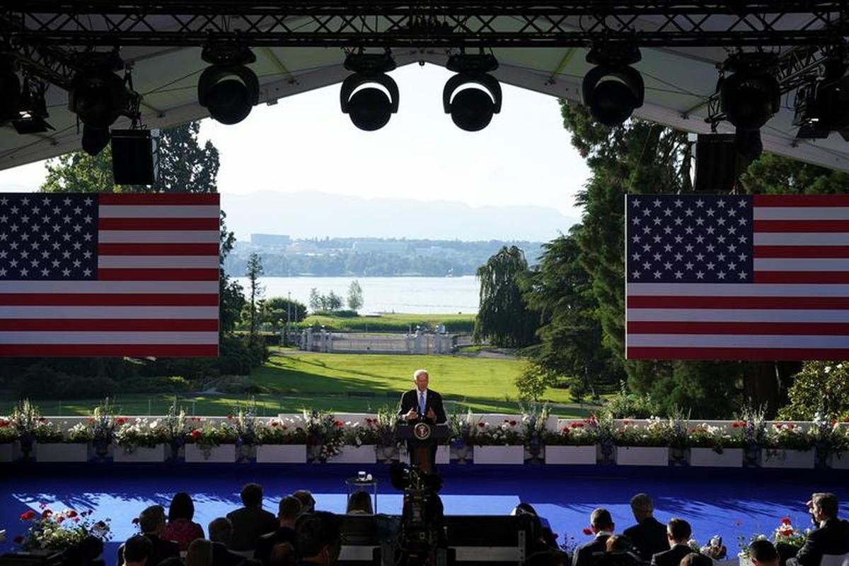 Gap ong Putin, Tong thong My Joe Biden tang mon qua bat ngo-Hinh-5