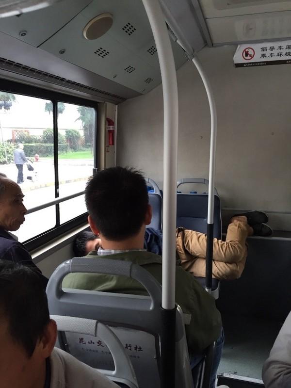 "Nhung hinh anh hai huoc ""khong tin noi"" tren xe buyt-Hinh-9"