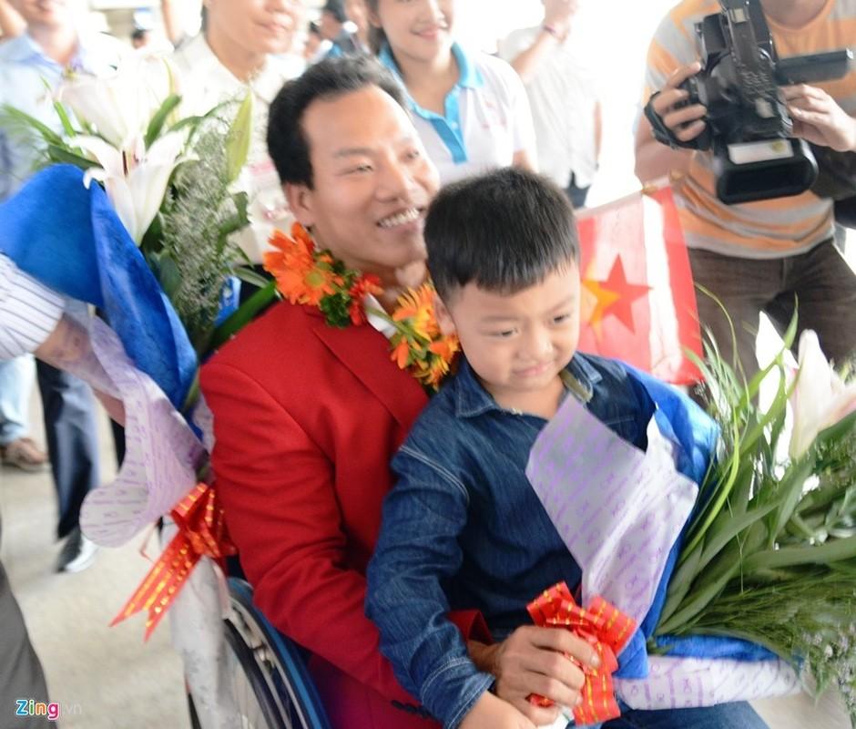 Doat HCV tai Paralympics, Le Van Cong hanh phuc ngay tro ve-Hinh-2