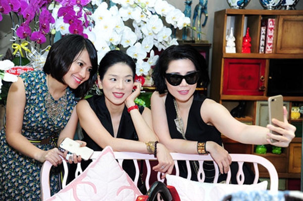 Le Quyen khoe kheo tui xach hon 300 trieu khi di su kien-Hinh-3