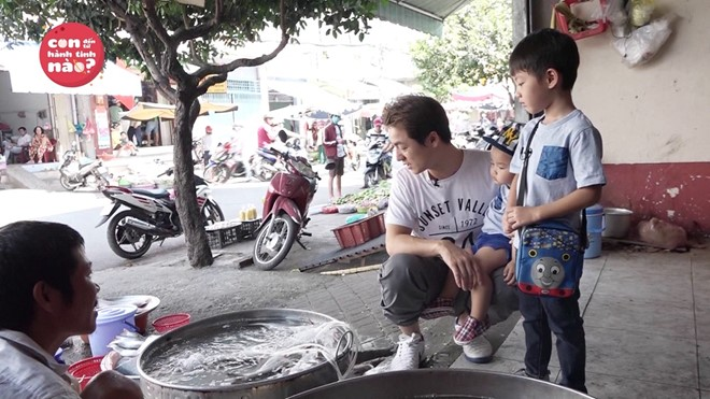 Dang Khoi vat va dua 2 con trai di cho thay vo-Hinh-3