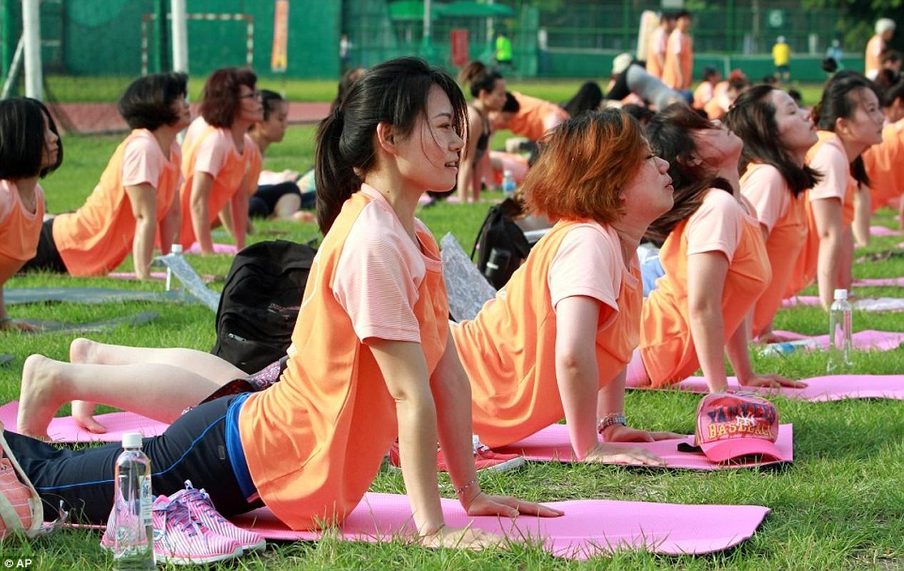 Can canh hang trieu nguoi bieu dien mung Ngay Quoc te Yoga-Hinh-11