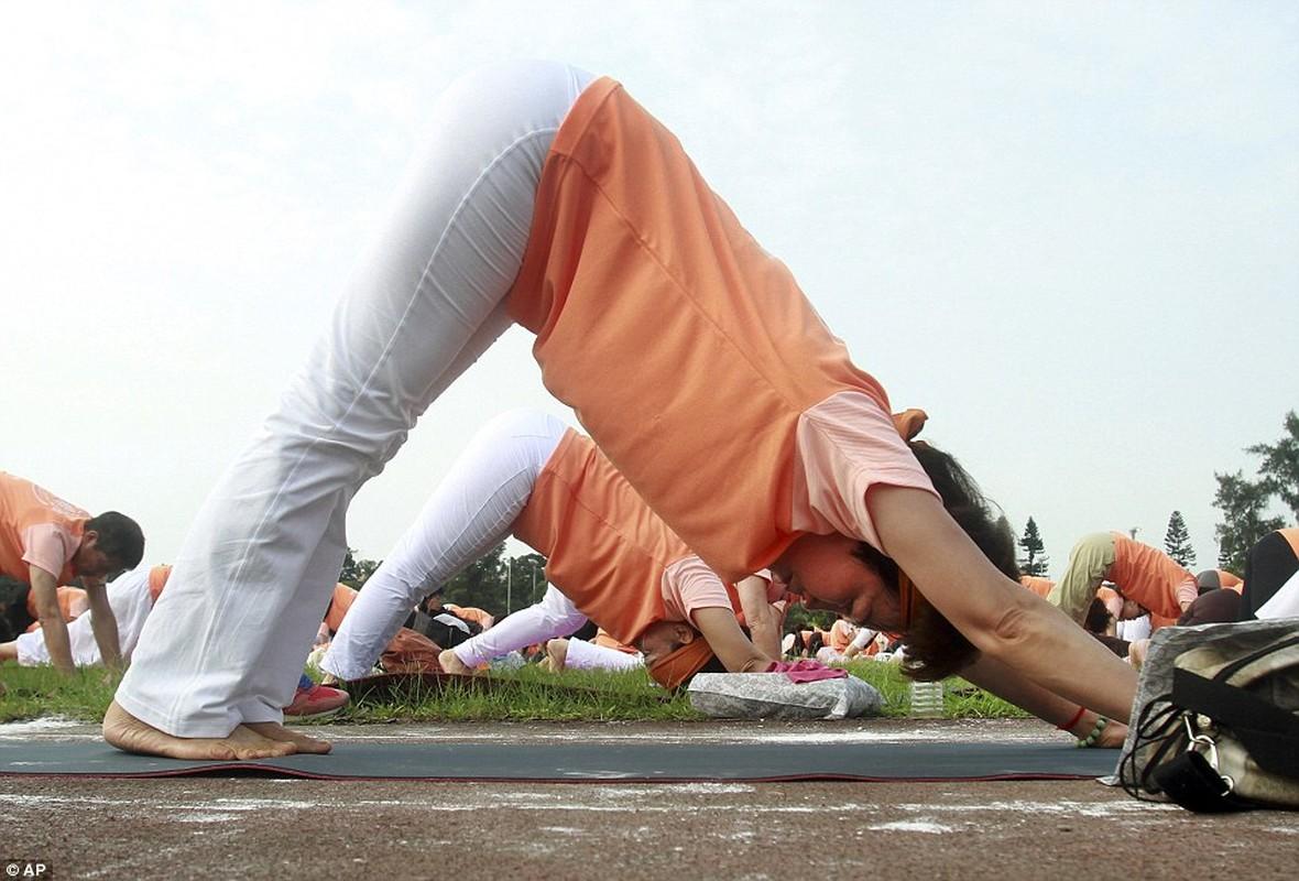 Can canh hang trieu nguoi bieu dien mung Ngay Quoc te Yoga-Hinh-5