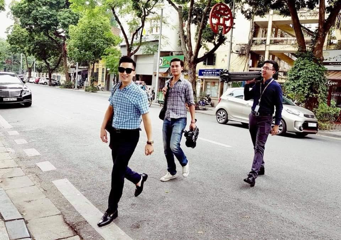 Tac nghiep Thuong dinh My-Trieu: Phong vien Viet dep trai nhu nam than-Hinh-5