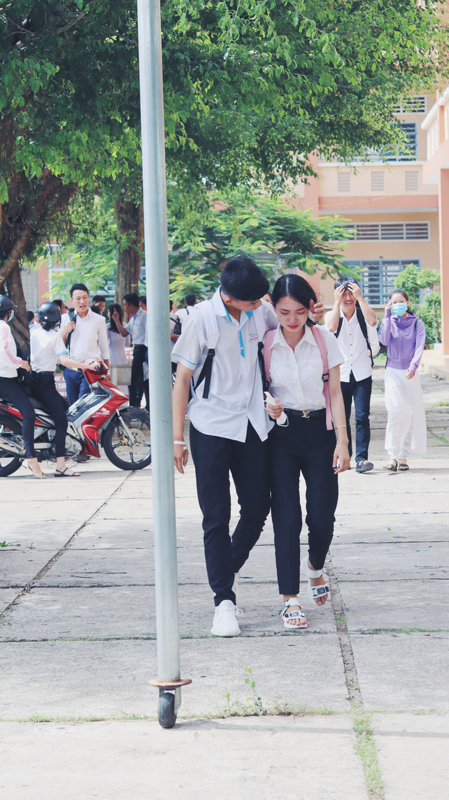 Khoanh khac nam sinh vo ve, an ui nu sinh sau bai thi Ngu van gay bao-Hinh-2