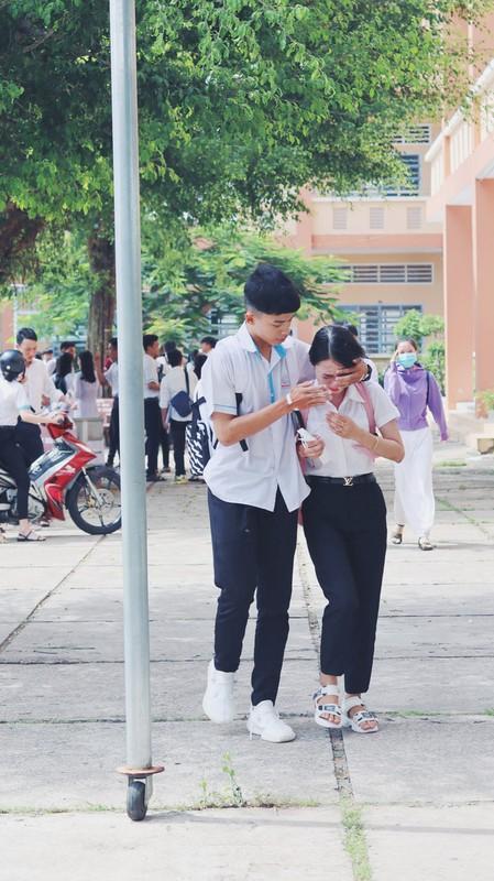 Khoanh khac nam sinh vo ve, an ui nu sinh sau bai thi Ngu van gay bao-Hinh-4