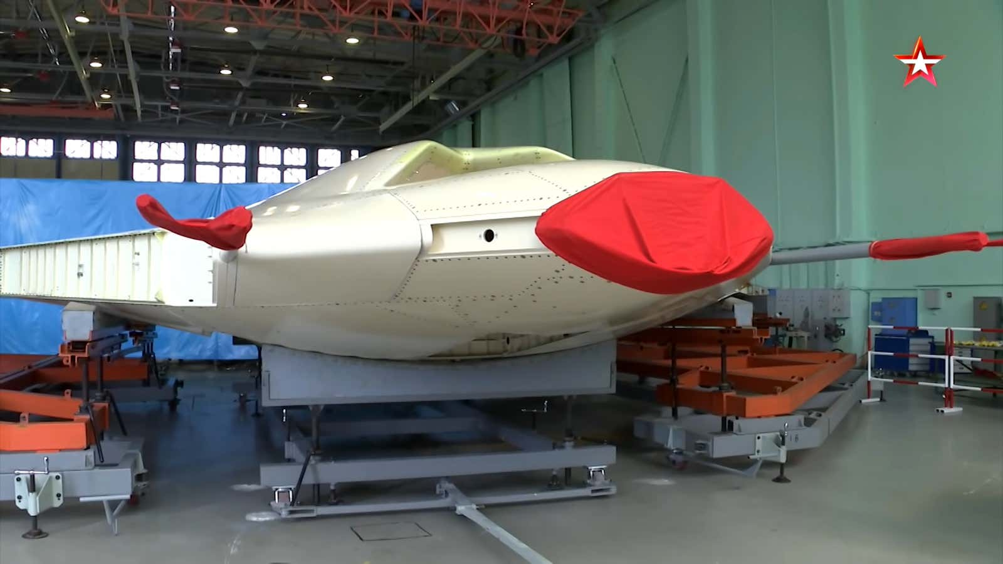Choang voi kich thuoc khong lo cua UCAV S-70 do Nga san xuat-Hinh-6