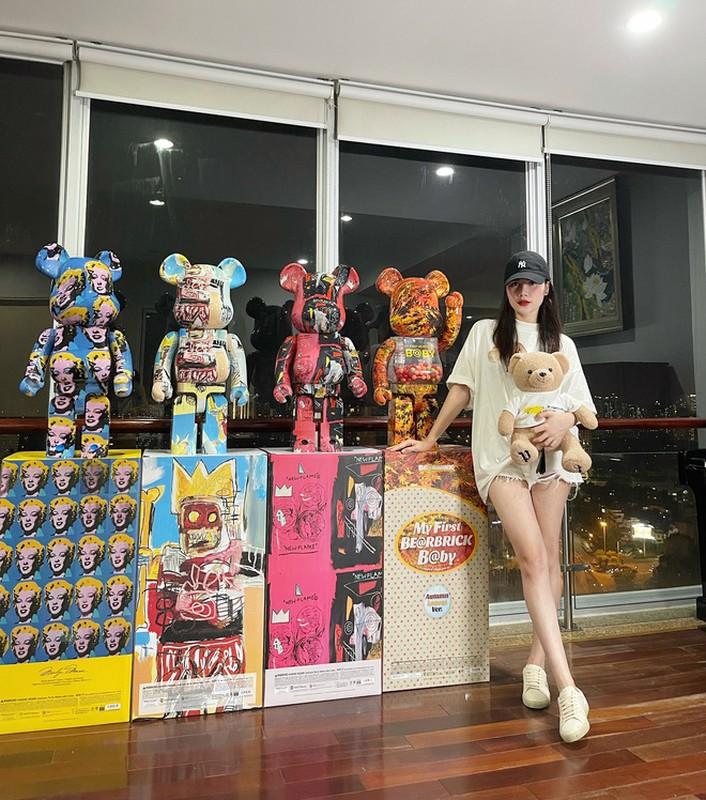 Lo danh tinh gai xinh choi Bearbrick tien ty lam netizen choang vang-Hinh-5