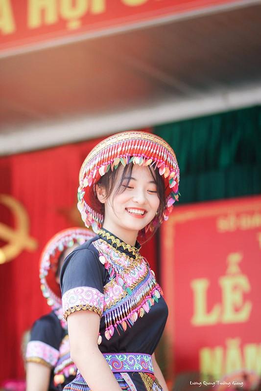 Ngam nhan sac nu sinh mua trong le khai giang bat ngo noi tren MXH-Hinh-3
