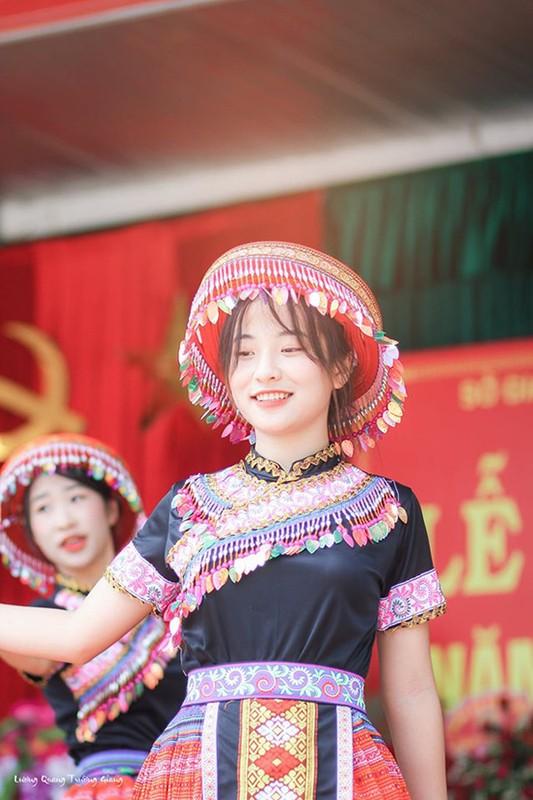 Ngam nhan sac nu sinh mua trong le khai giang bat ngo noi tren MXH-Hinh-4