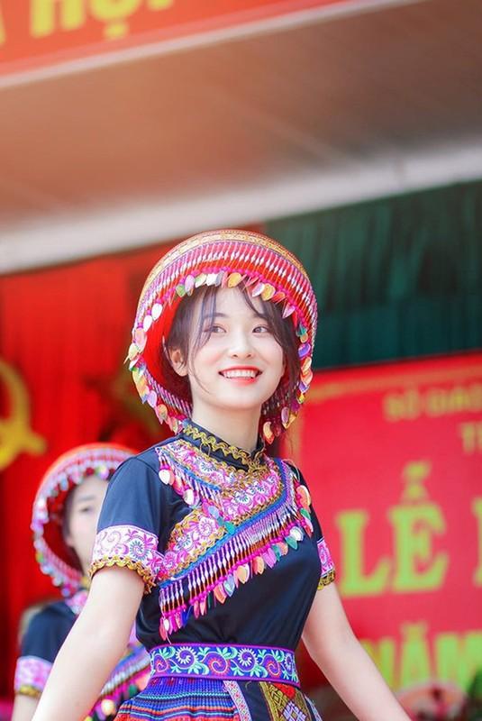 Ngam nhan sac nu sinh mua trong le khai giang bat ngo noi tren MXH