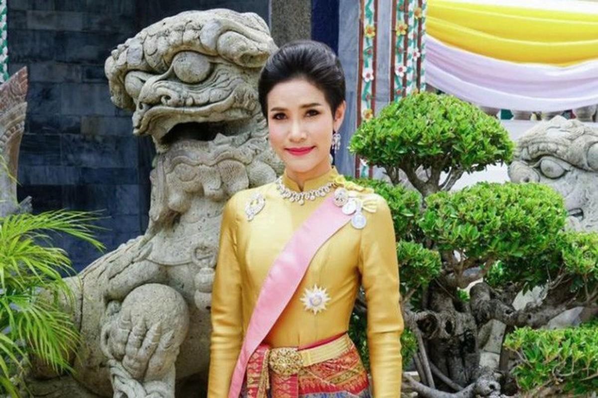 Hoang quy phi Thai Lan gui thong diep gi tren MXH truoc khi bi phe truat?-Hinh-4