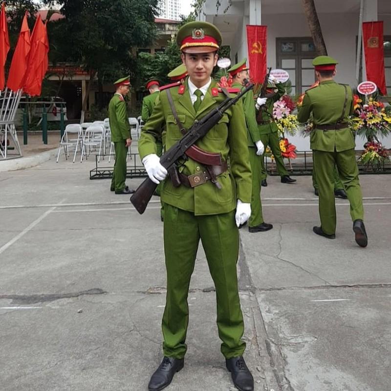 Hot boy truong Canh sat: Dep trai, da trang, dan gioi, hat hay