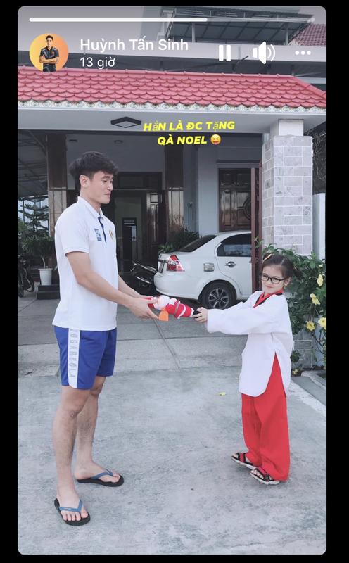 "Cau thu U23 Viet Nam dip Giang sinh: Nguoi ve que nhan qua, nguoi ""tha thinh"" gat tren MXH-Hinh-2"