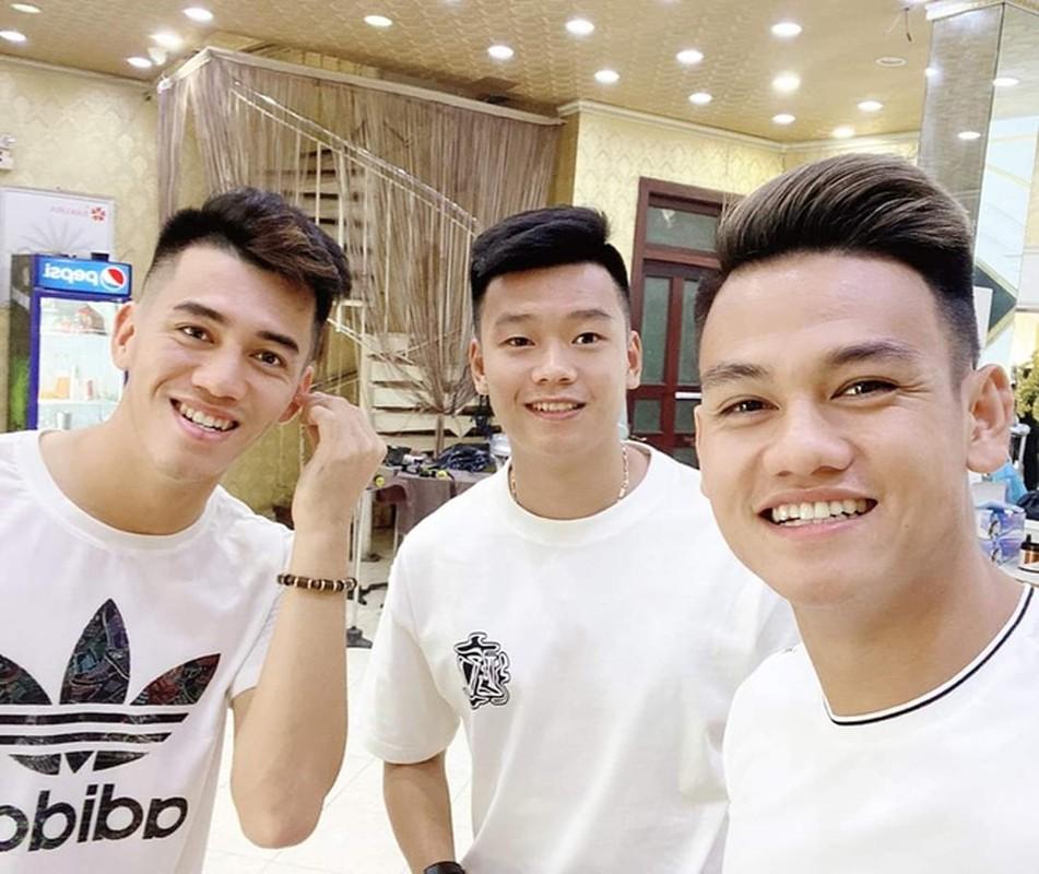 Dan cau thu U23 Viet Nam di mua sam, lam dieu truoc VCK U23 Chau A