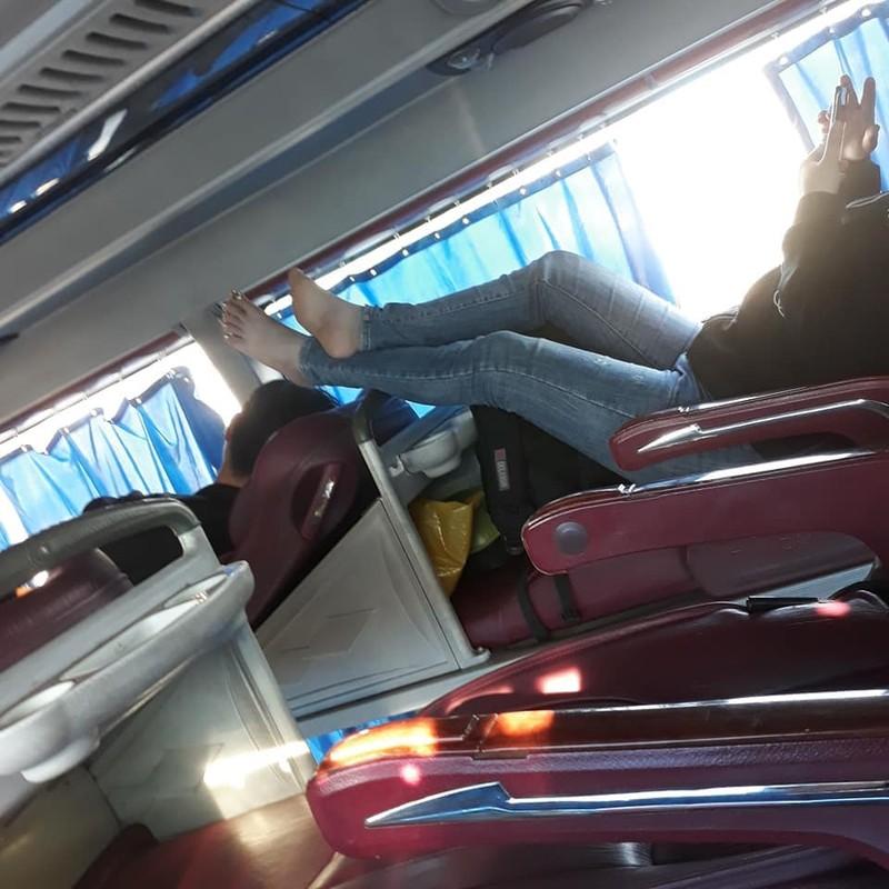 Phat ngan truoc hanh dong vo y thuc, gac chan len ghe truoc tren xe khach-Hinh-2